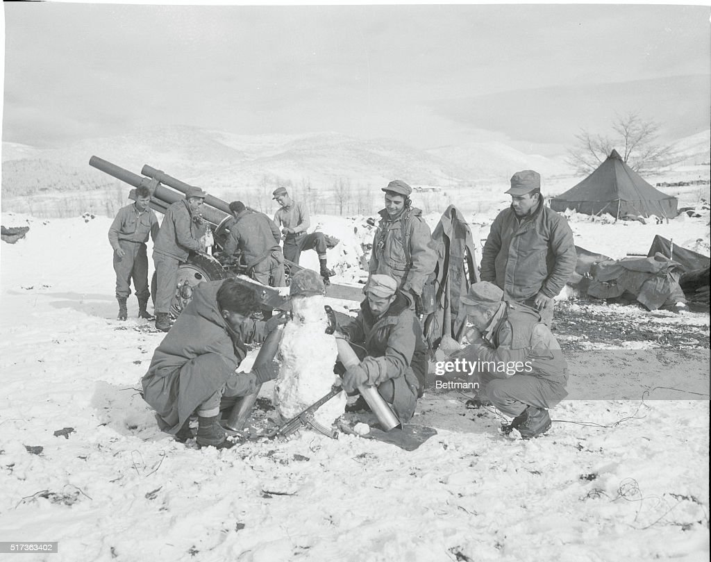 Soldiers Building Snowman : News Photo