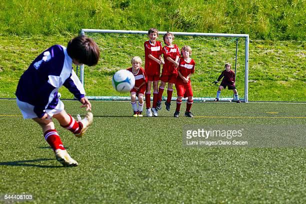 boys at soccer training, exercising free kick, munich, bavaria, germany - défenseur joueur de football photos et images de collection