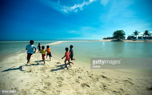 boys diving into clear blue sea, semporna, malaysia - ilha de mabul imagens e fotografias de stock