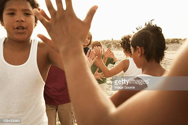 Jungen tun high-fives