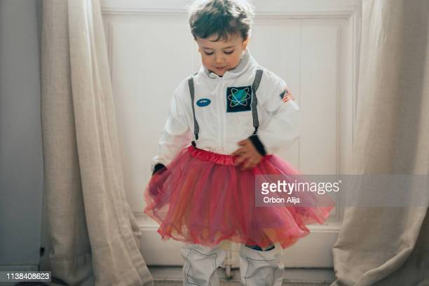 chicos disfrazarse y bailar - disfraz fotografías e imágenes de stock