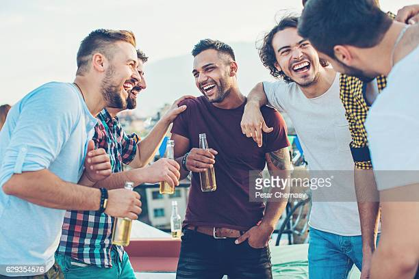 boys drinking beer and having fun - boire photos et images de collection