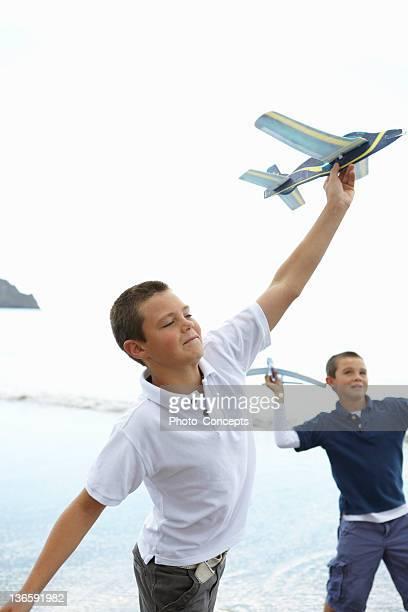 Jungen-Spielzeug Flugzeuge am Strand