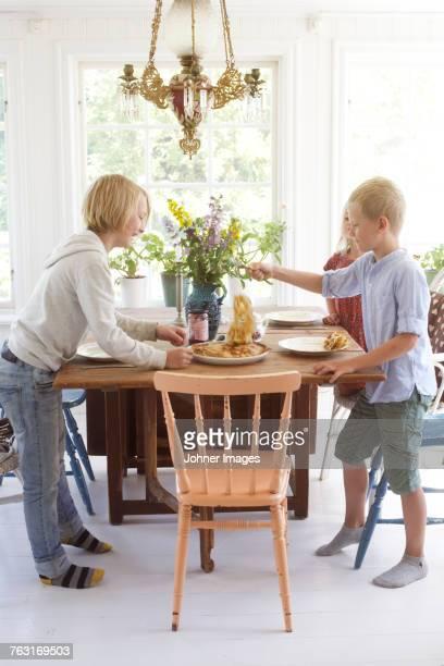 boys having meal - alleen kinderen stockfoto's en -beelden
