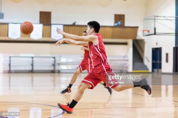 boys high school basketbalspel - passeren stockfoto's en -beelden