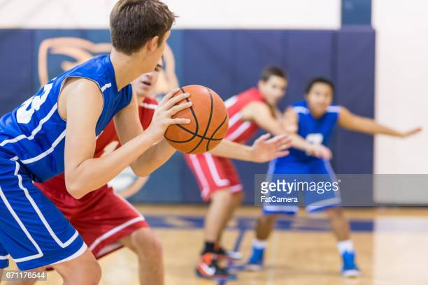 boys high school basketbalteam: - basketbal teamsport stockfoto's en -beelden