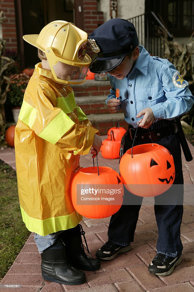 Boys in Halloween costumes looking at candy : Stockfoto