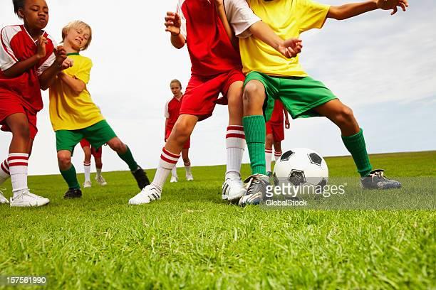 bambini che giocano a calcio - placcare foto e immagini stock