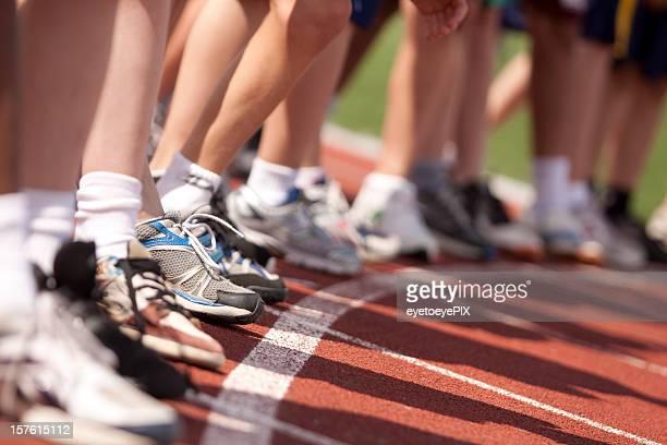 Jungen Futter an der Startlinie zu laufen