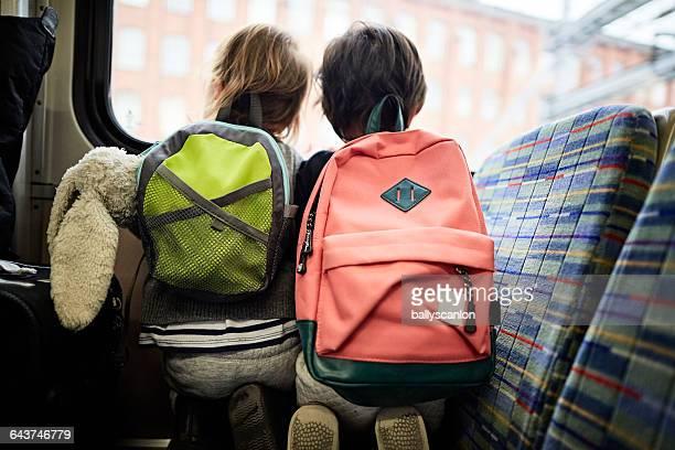 boys looking out train window. - 模型の汽車 ストックフォトと画像