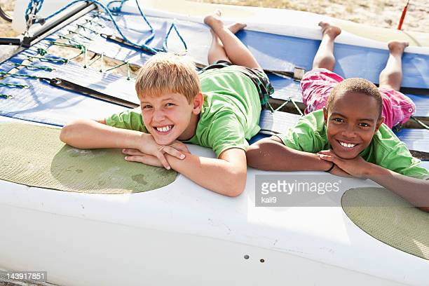 Garçon allongé sur catamaran