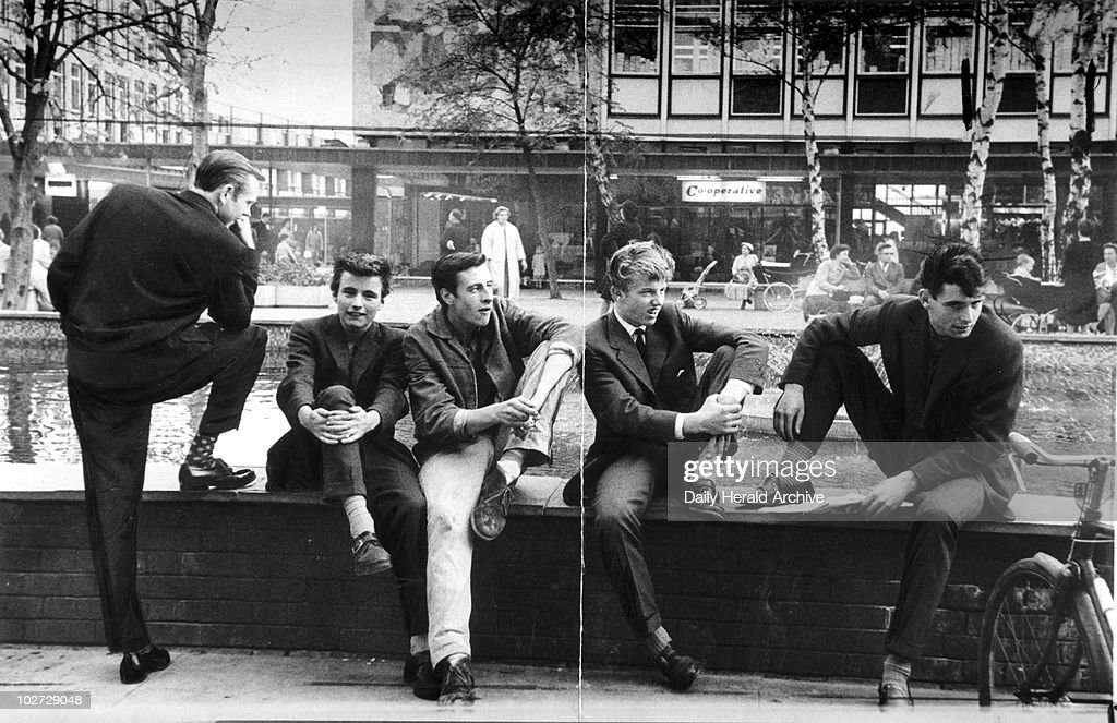 'Boys of Stevenage beating their nightly battle with boredom', 14 October 1959. : ニュース写真