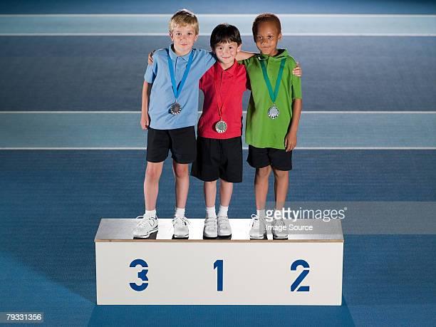 jungen auf dem siegerpodest - winners podium stock-fotos und bilder