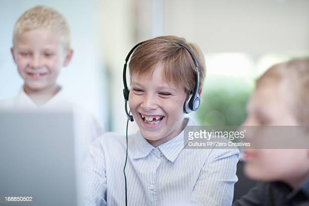 boys playing businessmen at desk - somente crianças imagens e fotografias de stock