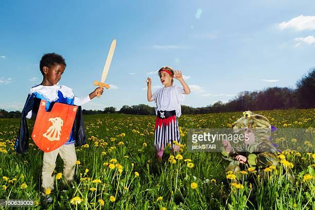 Jungen Spielen mit Stil im Freien