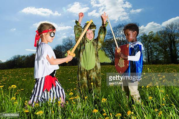 Garçons jouer dress up en plein air