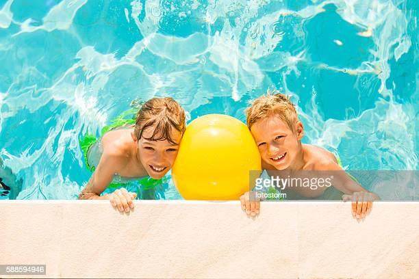 Jungen spielen im pool