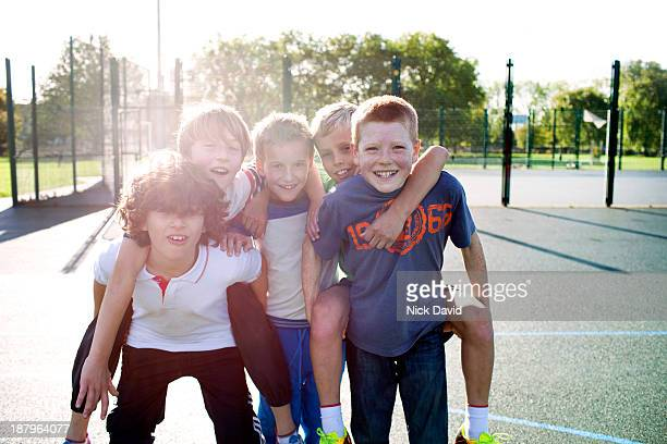 boys playing outside in the park - alleen jongens stockfoto's en -beelden
