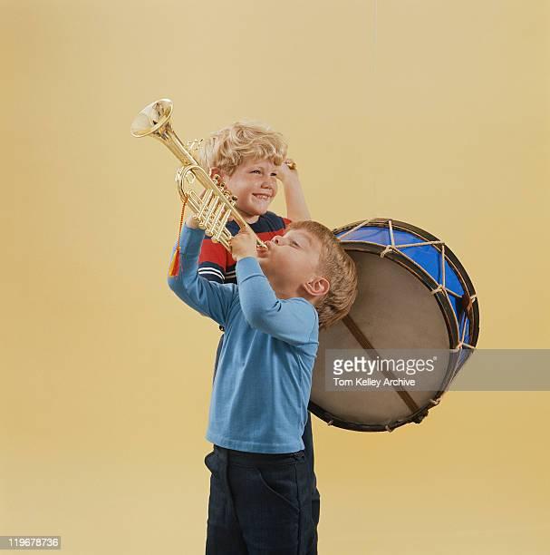 男遊ぶトランペットとドラム、笑顔 - トランペット奏者 ストックフォトと画像