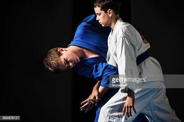 karate-Jungs üben.