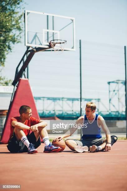 jungen, ruhen sie sich nach basketball-spiel - wurf oder sprungdisziplin herren stock-fotos und bilder