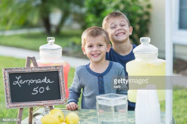 Verkauf von Limonade vor jungen Hof