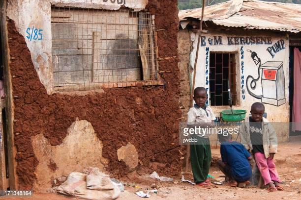 boys 販売ガソリンは、アフリカのスラム街 - スラム街 ストックフォトと画像