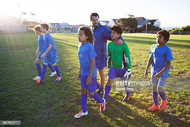 boys soccer team after a game - derrota imagens e fotografias de stock