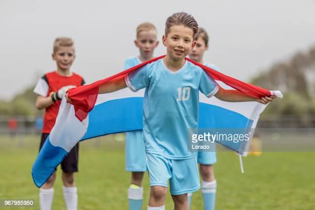 een jongens voetbalteam een overwinning vieren, terwijl poseren voor een groepsfoto - nederlandse vlag stockfoto's en -beelden