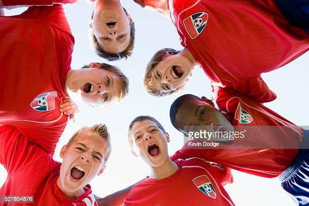boys' (8-9) soccer team in huddle - desporto de equipa imagens e fotografias de stock