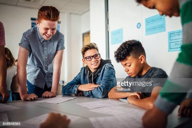 jongens samen studeren - 14 15 jaar stockfoto's en -beelden