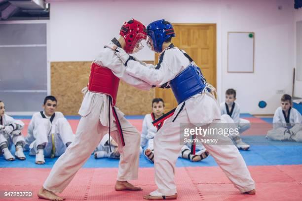 entrenamiento de taekwondo niños - taekwondo fotografías e imágenes de stock