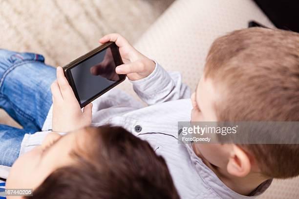 スマートフォンを使用して少年