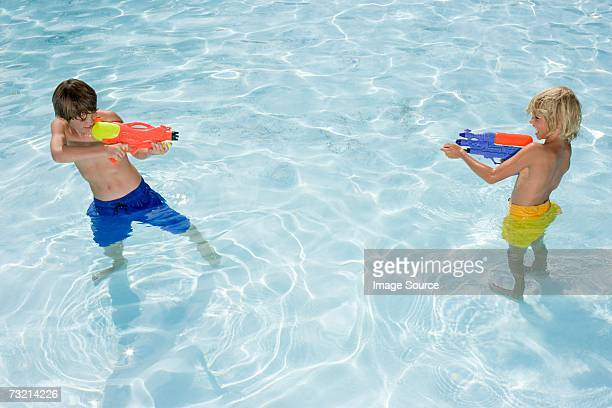 Garçons de pistolets à eau
