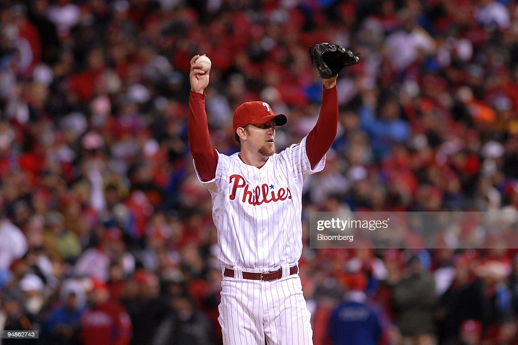 Brad Lidge of the Philadelphia Phillies prepares to pitch th : News Photo
