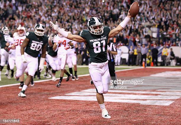 Brad Sonntag of the Michigan State Spartans scores a 2-point conversion in the second quarter against the Wisconsin Badgers during the Big 10...