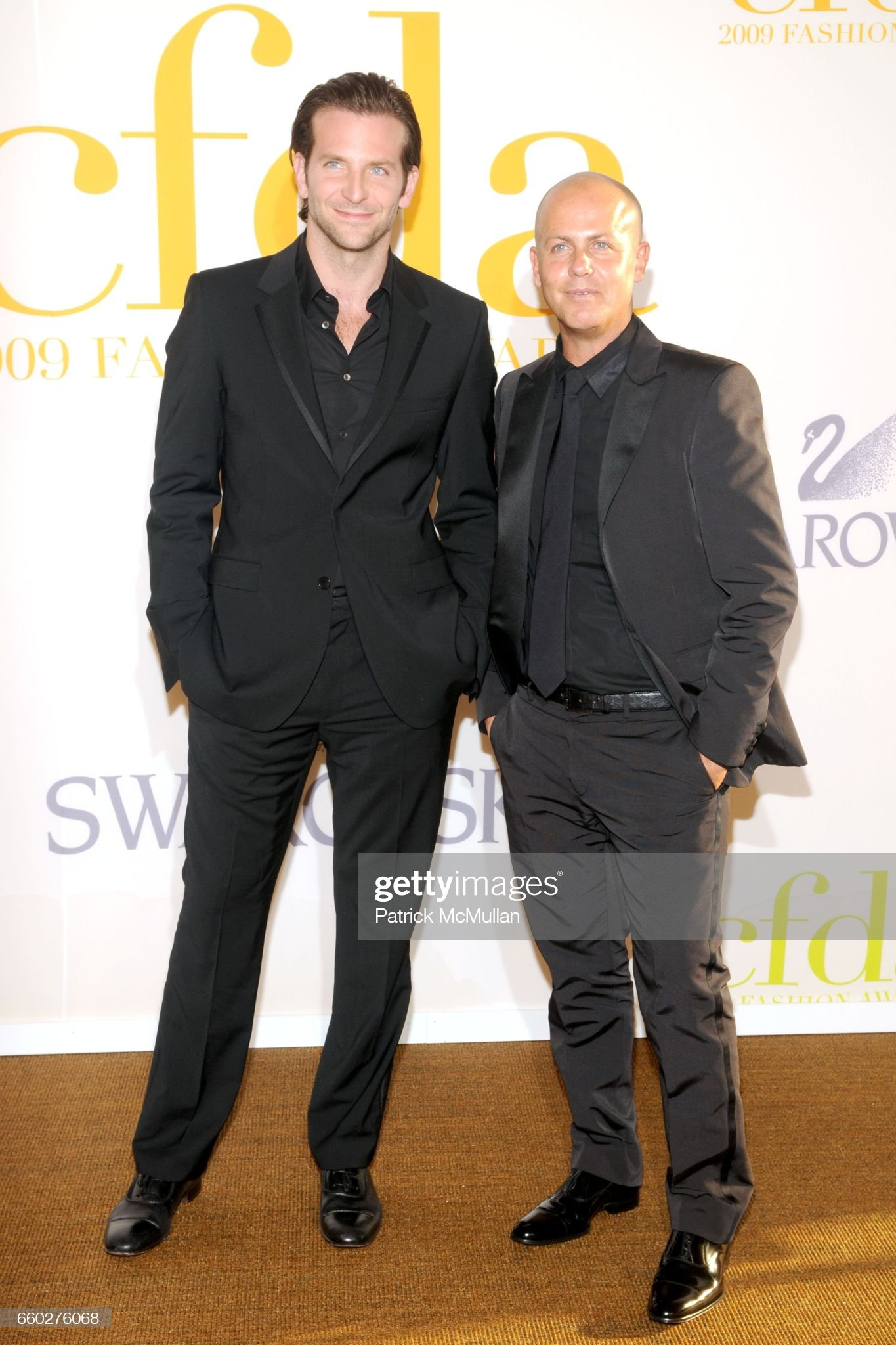 ¿Cuánto mide Italo Zucchelli? - Altura - Real height Bradley-cooper-and-italo-zucchelli-attend-cfda-awards-2009-arrivals-picture-id660276068?s=2048x2048