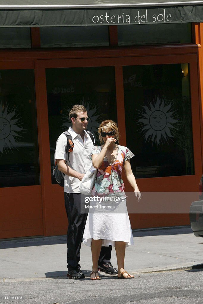 Jennifer Esposito and Bradley Cooper Sighting in New York - May 30, 2006 : News Photo