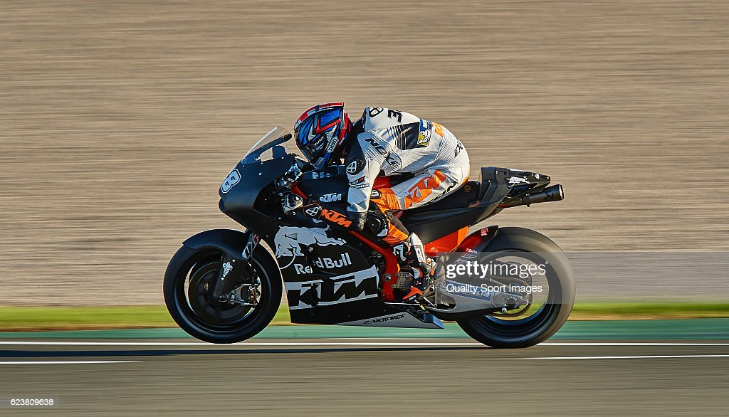 Bradley Smith of Great Britain and Red Bull KTM Factory Racing heads down a straight during the MotoGP Test in Valencia at Ricardo Tormo Circuit on November 16, 2016 in Valencia, Spain.