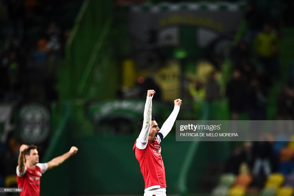 Braga's players celebrate their victory at the end of the Portuguese league football match Sporting CP vs Sporting Braga at the Jose Alvalade stadium in Lisbon on December 18, 2016. / AFP / PATRICIA