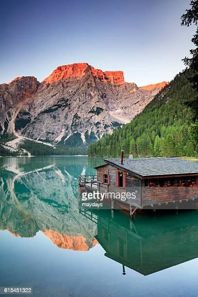 braies lake at dawn - pragser wildsee stock pictures, royalty-free photos & images