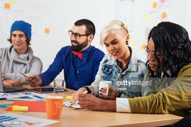 Brainstormen en teamwork in kantoor