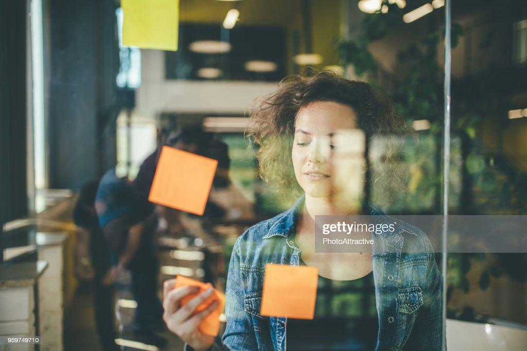 Brainstorming fördert neue Wege des Denkens : Stock-Foto
