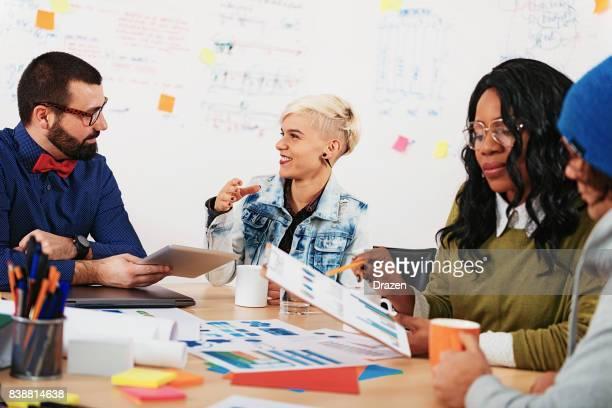 Brainstormen in de Raad, collega's bespreken over projectvoorstel