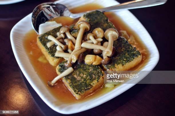 braised tofu/ mapo tofu with shimeji mushroom - shimeji mushroom stock pictures, royalty-free photos & images
