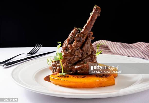 braised veal shank with roasted pumpkin - haute gastronomie photos et images de collection