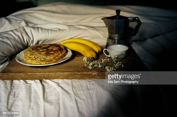 brakfast in bed - sarri stock pictures, royalty-free photos & images