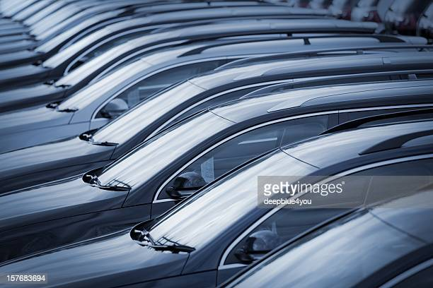 Neue Autos im Autohaus in a row