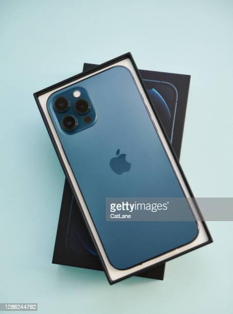 スタジオ設定でオープンボックスでパシフィックブルーでブランドの新しいiphone 12プロマックス - iphone 12 ストックフォトと画像