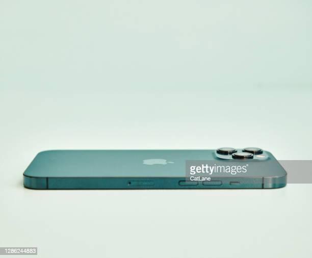 スタジオセッティングのパシフィックブルーでブランドの新しいiphone 12プロマックス - iphone 12 ストックフォトと画像